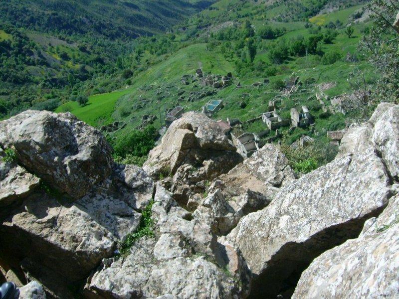 Ce qui reste de l'ancien village d'Ijdaren en face d'Aghbala